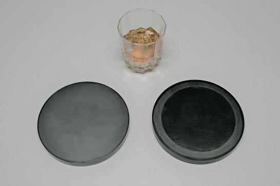 各種加工・表面改質を施したコースター。左:潤滑用、右:無潤滑用