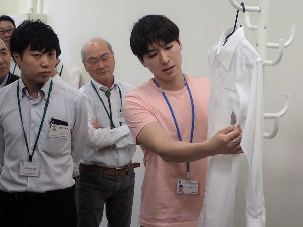 180613トライボコーティング技術研究会05: 有機薄膜太陽電池を貼り付けた洗濯可能な白いワイシャツ
