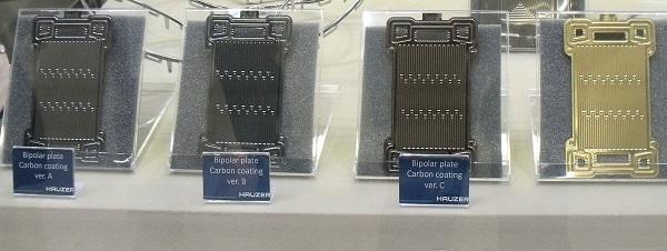 kat19031802: 3種のカーボンコーティングを施したバイポーラプレート(左から3点)とTiNコーティングを施したバイポーラプレート(右)