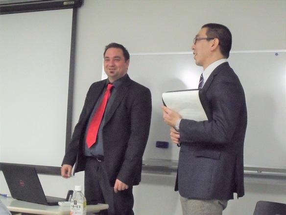 講演を行うOptimol社Gregor Patzer氏(左)と通訳を務めるパーカー熱処理工業・越智直行氏(右)