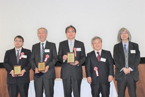 優秀賞を受賞した不二WPC(左から住吉弘至氏、熊谷正夫氏、下平英二氏)と関係者: 優秀賞を受賞した不二WPC(左から住吉弘至氏、熊谷正夫氏、下平英二氏)と関係者