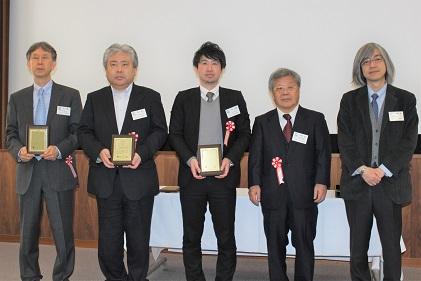 特別賞を受賞した、左から早川 徹氏(鶴見大学)、厨川常元氏・水谷正義氏(東北大学大学院)と関係者