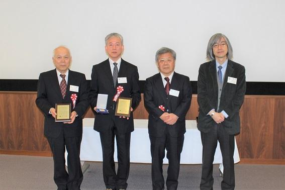 特別賞を受賞した、左から増井清徳氏(E.D.M.ラボ)、南 久氏(大阪府立産業技術総合研究所)と関係者